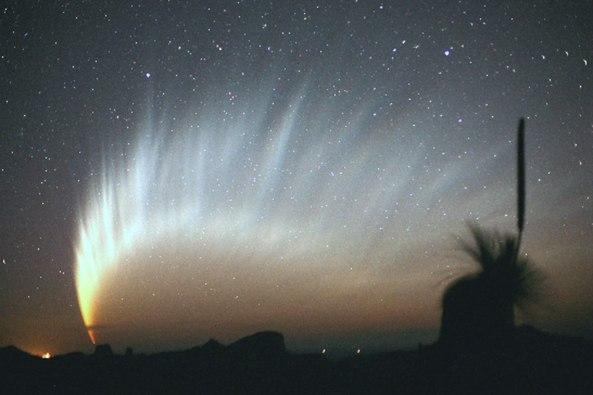 Komet McNaught, komet besar tahun 2007, menumbuhkan ekor berfilamen yang panjang dan spektakuler
